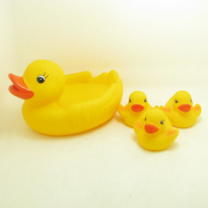 2018 Wholesale High Quality Kids New Design cute vinyl happy family yellow duck baby bath toy set for kids