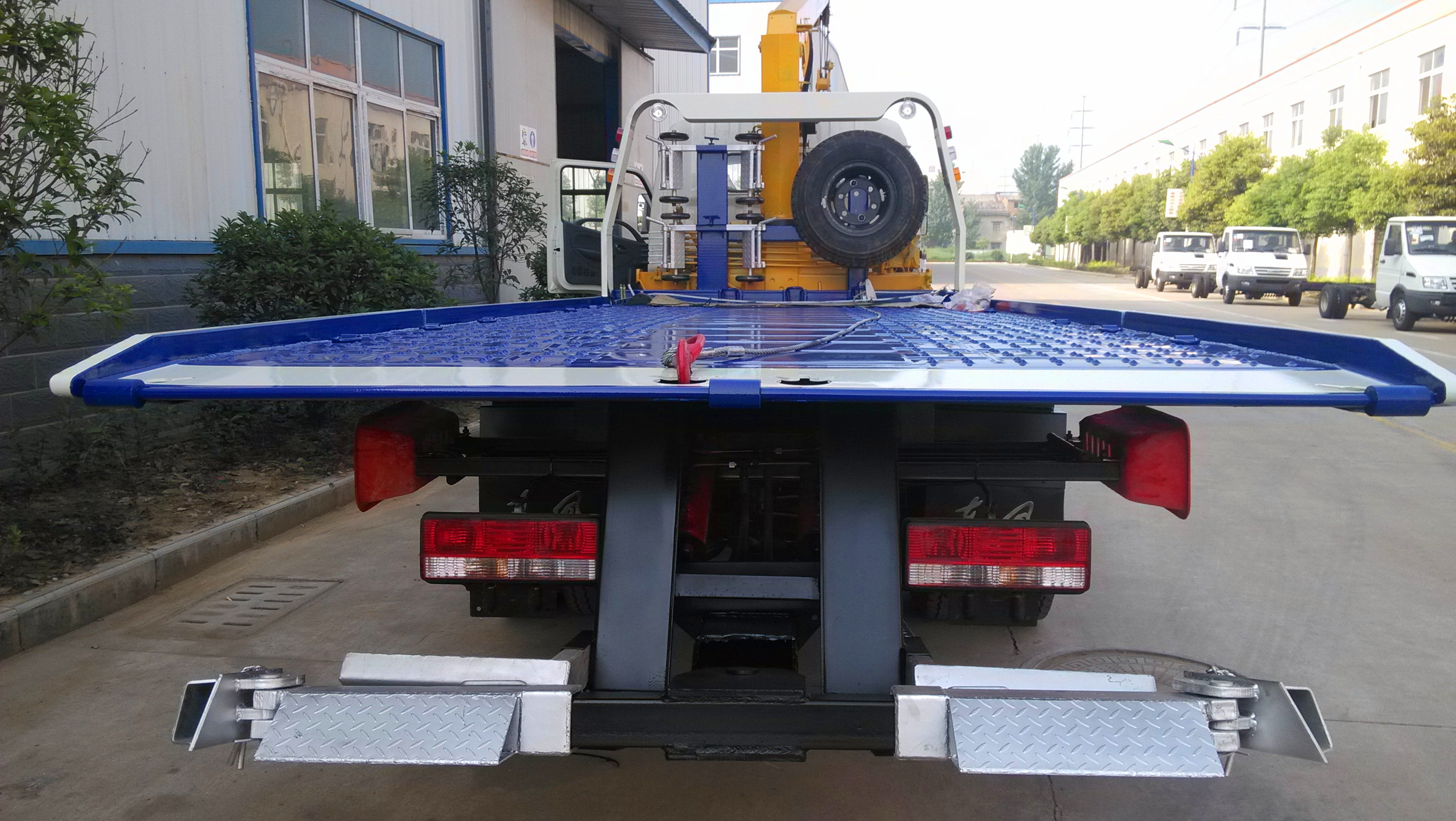 China Dongfeng Flat Bed Tow Truck With Crane  and Led Light Bar