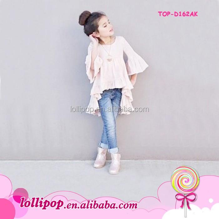 Маленькая девочка в платье и фартуке