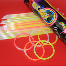 100 Glow Sticks Bulk Party Glow In The Dark Fun Party Pack Met Super Heldere 200 Mm <span class=keywords><strong>Glowsticks</strong></span> En Connectoren voor Armband
