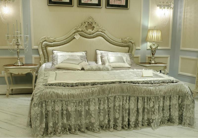 lujo estilo europeo de madera cama doble con gran cabecera cubierto por la tela en gris