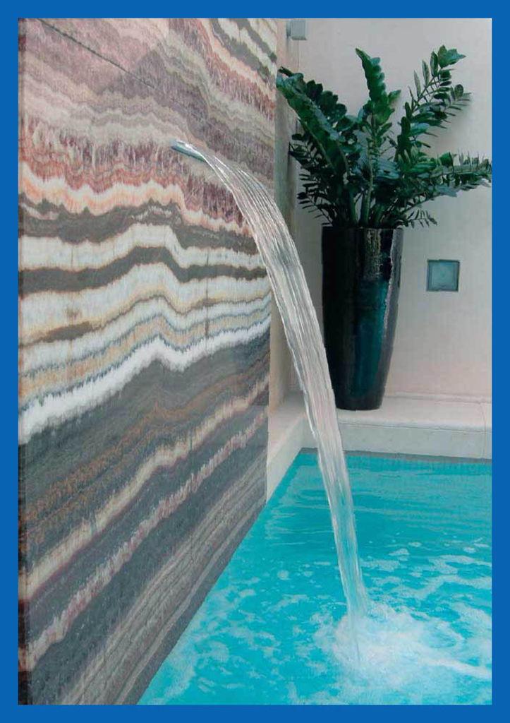 Por debajo de la entrada de piscina cascada montado en la for Cascada artificial en pared