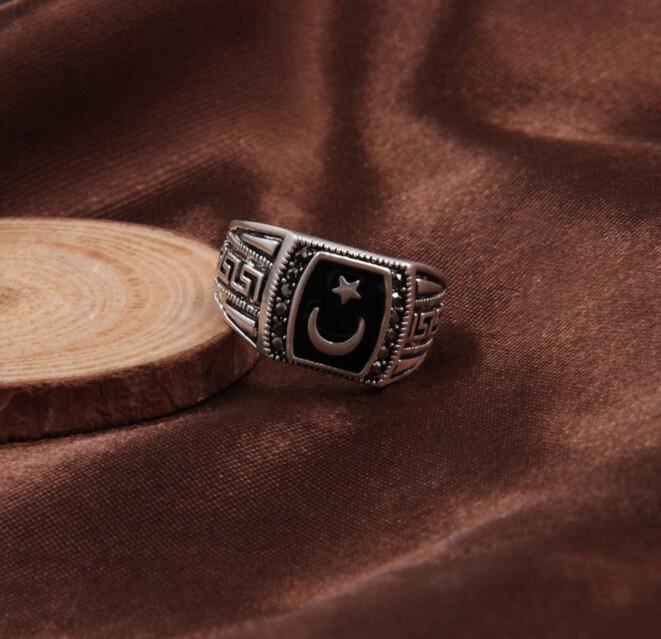 Видеть грязное кольцо на дороге говорит о коллегах на работе сновидца, которые завидуют его успехам и способностям.