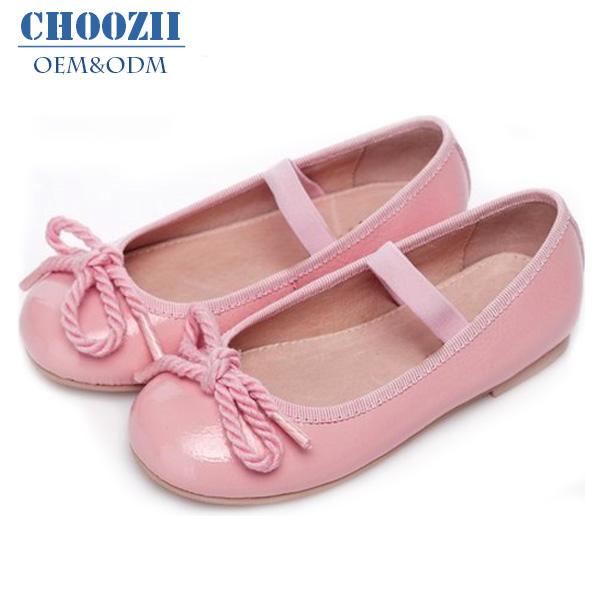 Si los zapatos de tu hijo dejan menos de 12 mm de espacio, es hora de ir a comprar zapatos nuevos. Los zapatos nuevos deben dejar 17 mm de espacio libre para que el pie se mueva. De todos modos, los zapatos no deben ser ni demasiado grandes ni demasiado pequeños.