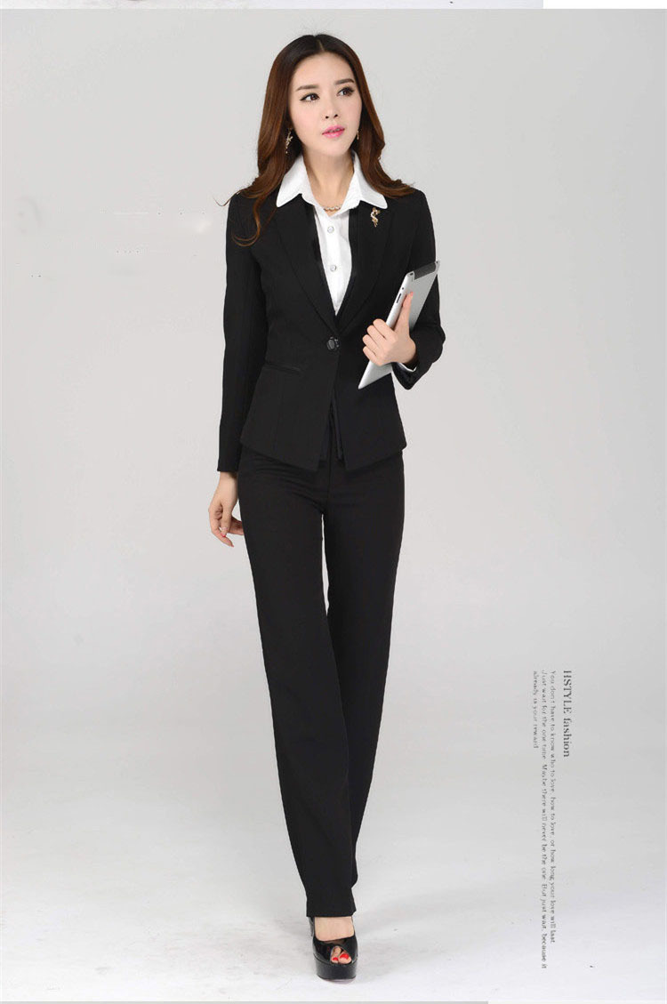 Fun women's styles for the office include dresses, scarves, and cute shoes, while men's clothing can be detailed with a hip graphic tee or some designer jeans. Dress for Meetings There are occasions when you'll want to dress up at the office.