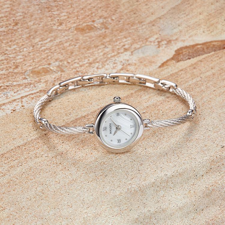Модель имеет механизм ручного завода щвейцарского производства, а браслет можно «апгрейдить» на полностью бриллиантовый, в котором камней весом в 4,27 карата.