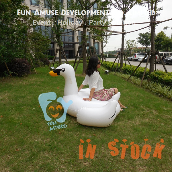 2017 new water toy giant inflatable swan pool float toy