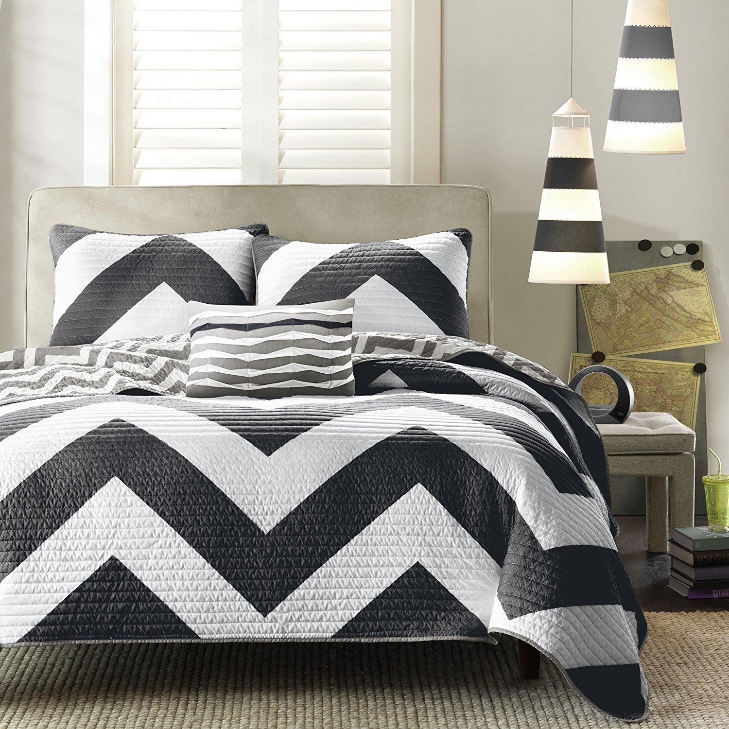 F&W 4 Piece Beautiful Black White King Quilt Set, Chevron Pattern Themed Reversible Bedding Zig Zag Chic Geometric Trendy Modern Grey Contemporary Vibrant Stylish Bold, Polyester