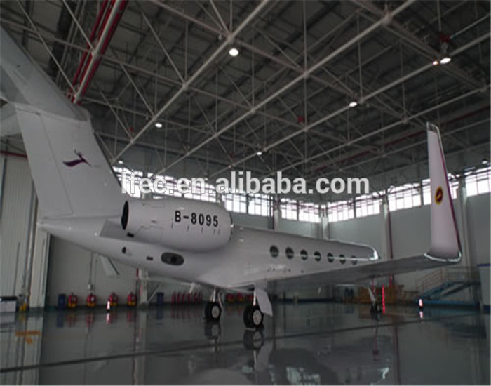Prefabricated aircraft hangar with metal structure