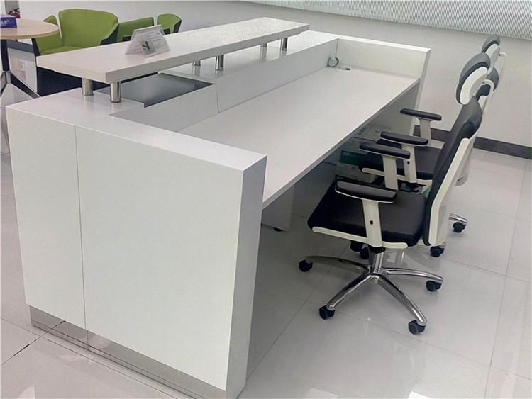 Color blanco y negro oficina de recepci n escritorio forma for Dimensiones de escritorios de oficina