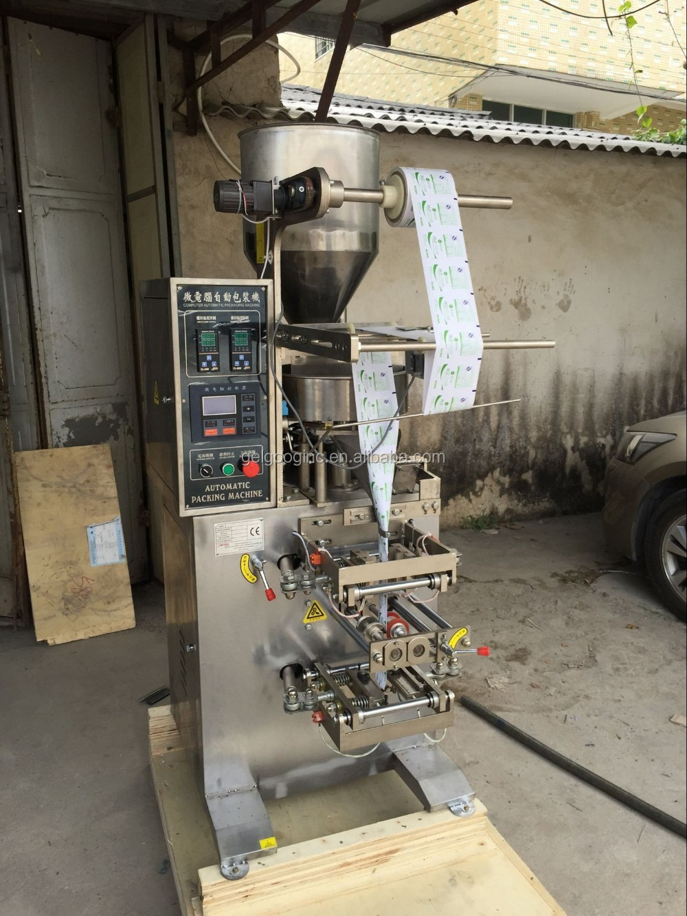 Factory Low Cost Price Automatic Coffee Beans Packaging Snacks Potato Chips Namkeen Pouch Packing Machine