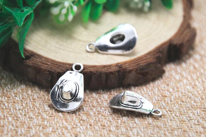 e0cadf497863 Encantos del sombrero de vaquero Antiguos colgantes del encanto del sombrero  de vaquero de plata tibetana 3D 21x13mm