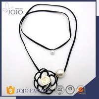 Newly fashion wholesale eco-friendly black suede fabric flower pearl pendant necklace