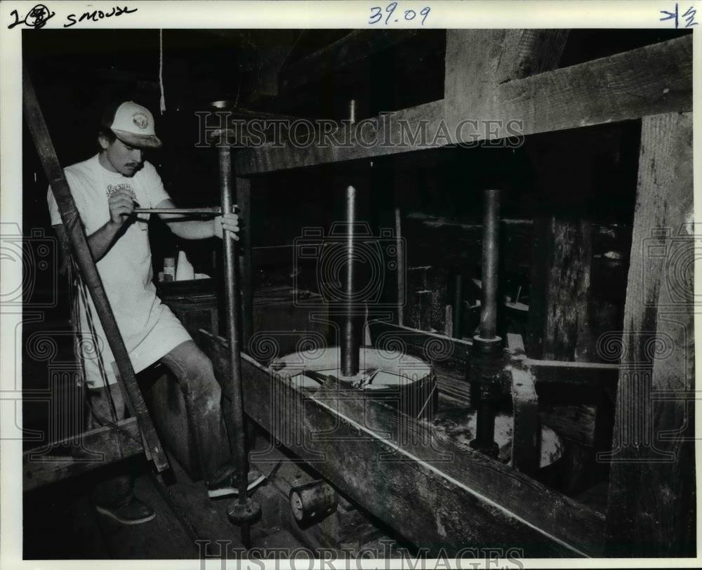 1982 Press Photo Miller Darrell Smouses makes adjustments in the basement