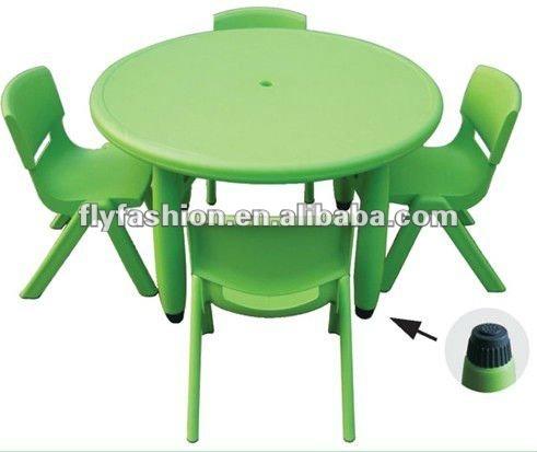 Mesa para ni os y una silla mesas y sillas de pl stico en for Mesas infantiles de plastico