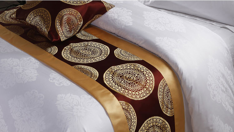 Factory wholesale custom hotel bed runner and cushion set