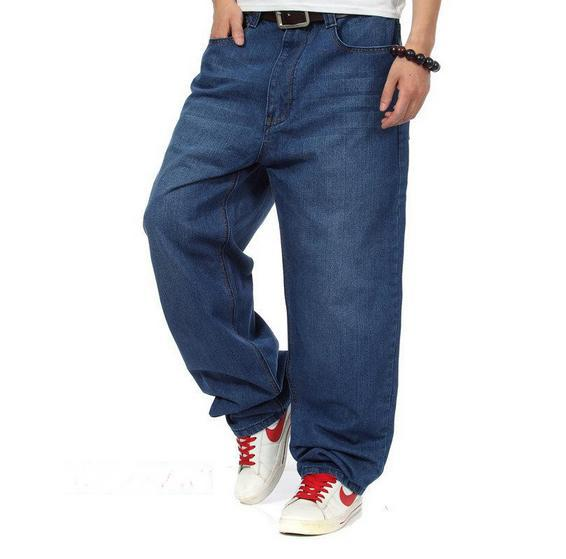 Our loose fit jeans gets better and better every time you wear them. Great for any occasion, this straight leg jean is easy to style. Features a classic five pocket design and is ofered in a 4/4(36).