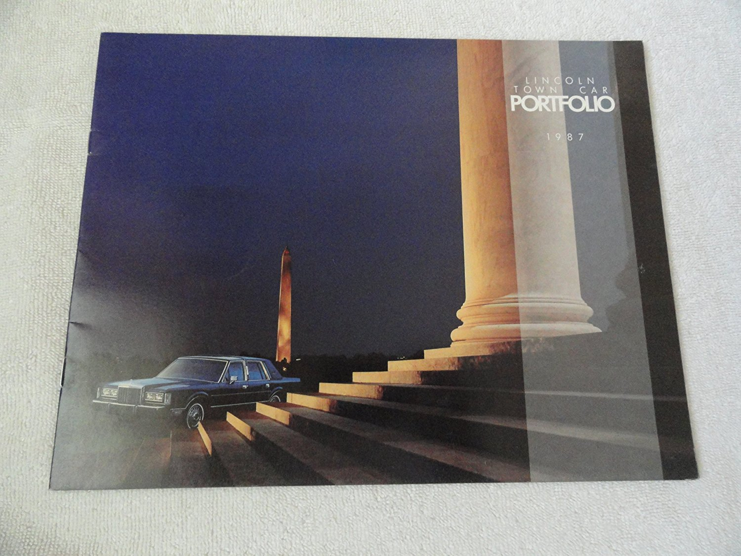1987 LINCOLN TOWN CAR PRESTIGE COLOR SALES BROCHURE - 8/86 - USA - EXCELLENT ORIGINAL !!