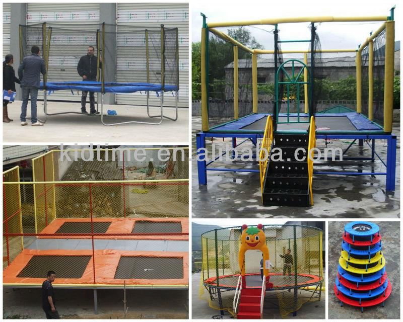As crianças e a corrediça para o arrendamento exterior livram o trampolim longo exterior do parque com barraca