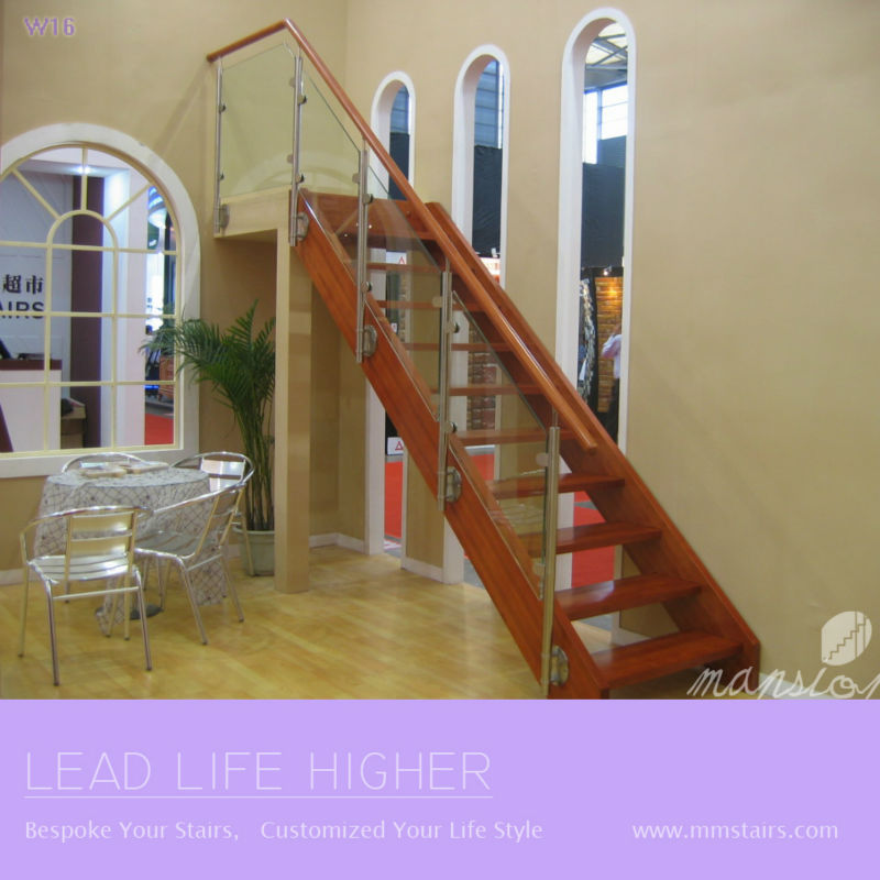 mansin de madera escaleras interiores de vidrio recto
