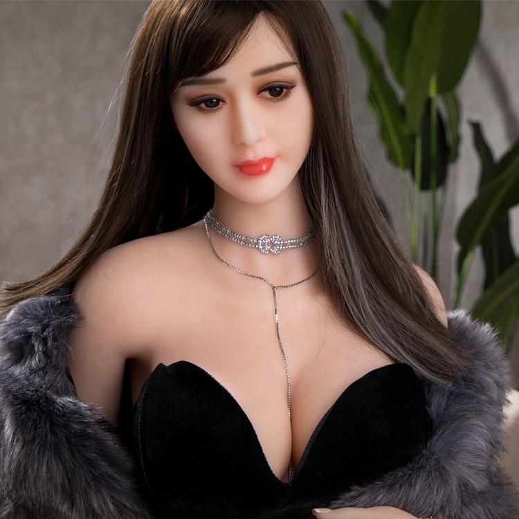 девушка и секс кукла стоял позади