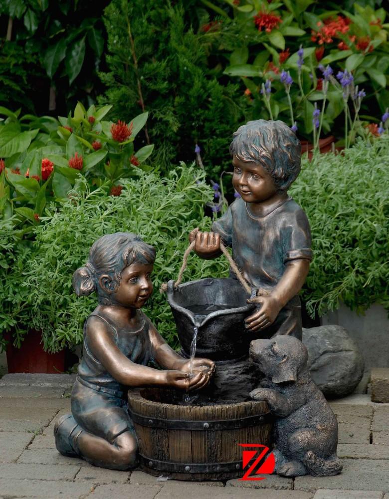 Bronze jardin enfants statue fontaine d'eau avec un chien ...