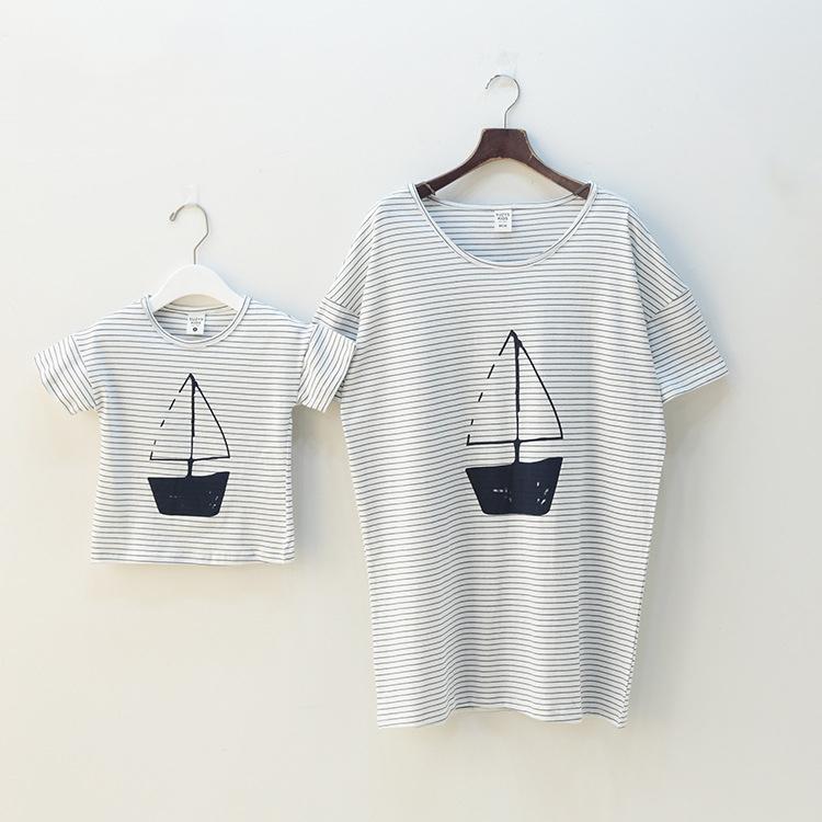 Семья комплект одежда для матери и дочери лето стиль с круглым вырезом кофты семья взгляд ткань в полоску парусное судно синий / розовый