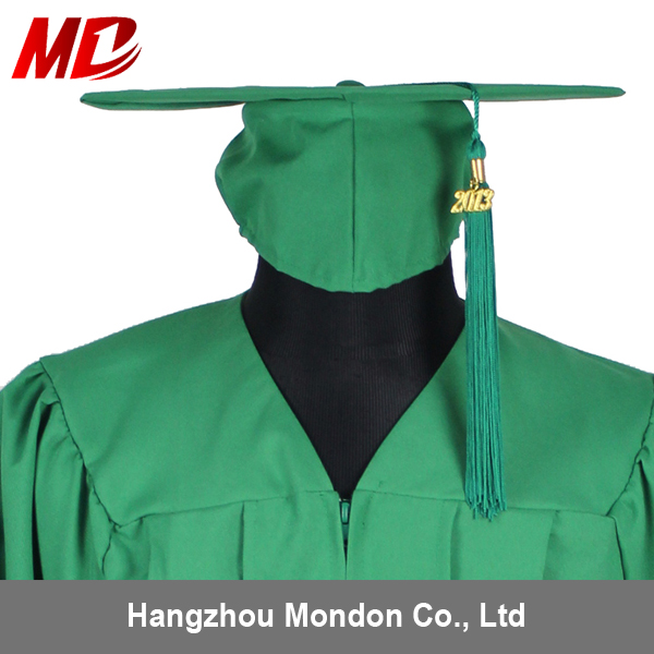 Disposable Graduation Robes for Adult Graduationers with CapsTassels in Emerald Green