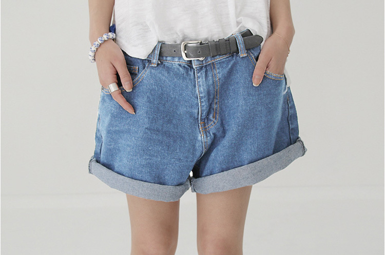 Get old skool in this awesome high waisted style. We've got a choice of pastels, embroidered and all the classic denim washes; acid, stone, black and indigo. They work with so much you'll already have in your wardrobe adding that little bit of a relaxed edge to metallic and floral tops.