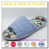 high quality comfortable house slipper shoe and open toe embossed logo slipper