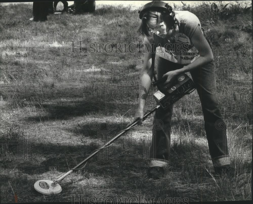 1982 Press Photo Jeanette Reynolds using metal detector - spa78349