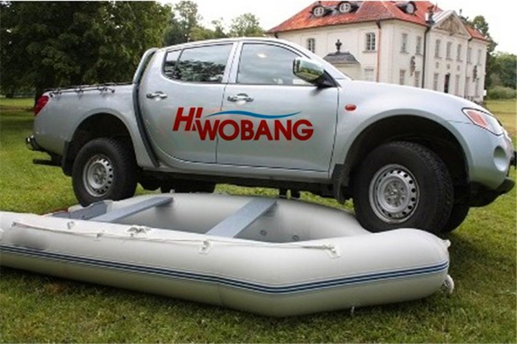 Um barco de pesca inflável da pessoa com remo, barco da barriga