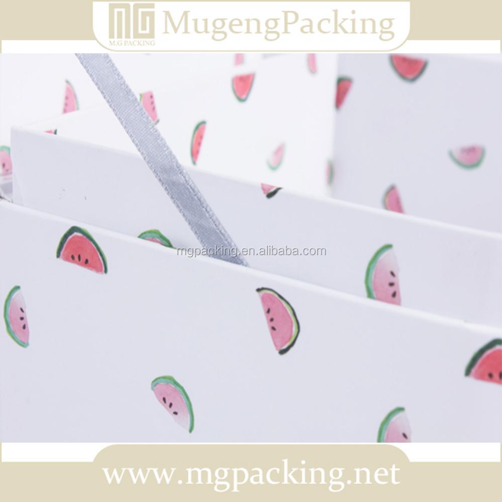 Коробка с косметикой и цветами