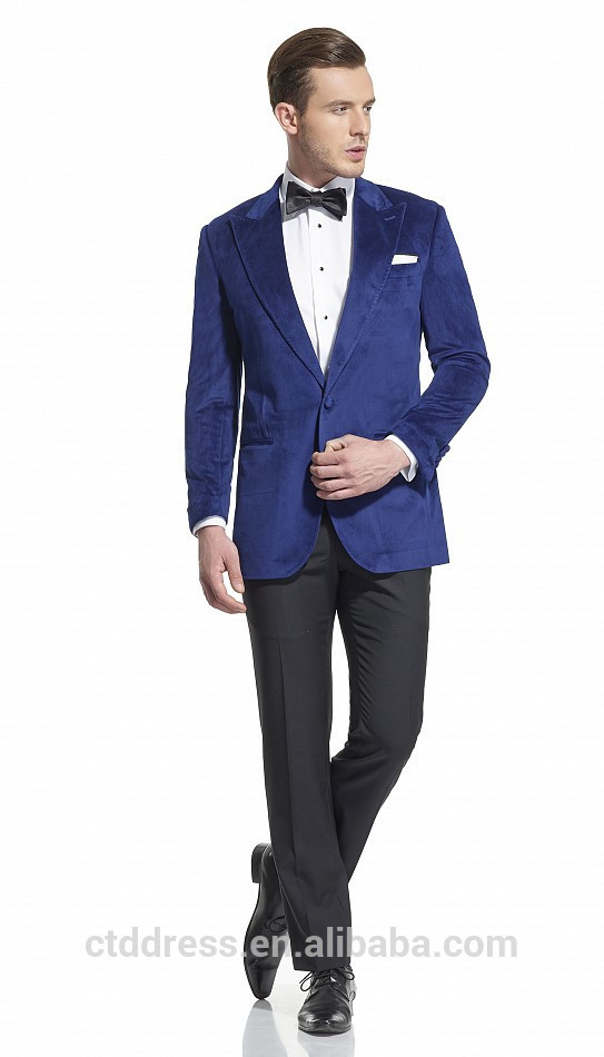 Modelo #2: Sencillo y juvenil traje de fiesta corto en color beige de la diseñadora Sonia Peña. Pues este traje consta de vestido entallado con encaje y chaqueta corta con manga tres cuartos, adorno de pliegues en el cuello y apliques de encaje en los puños.