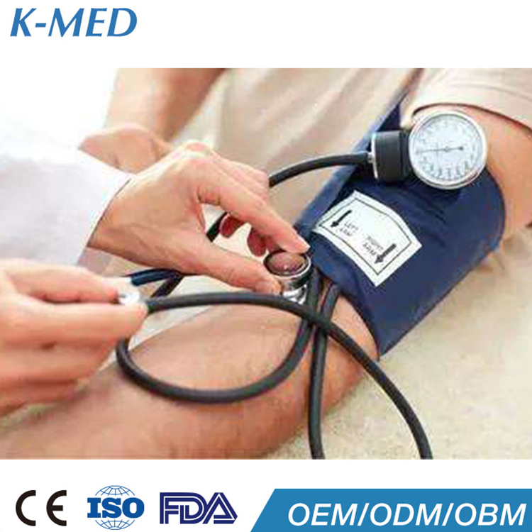 La enfermera o el médico de monitor de presion arterial..