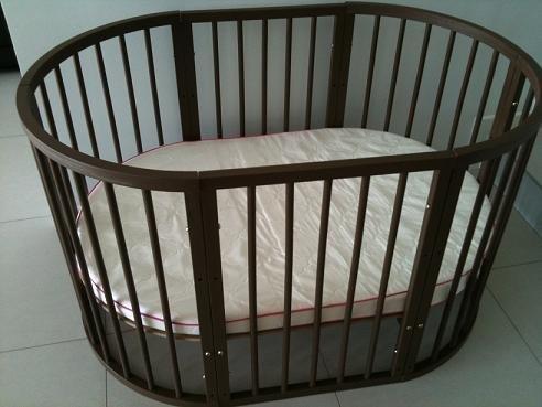 rundes babyfeldbett mit zusammenpassender nderungstabelle. Black Bedroom Furniture Sets. Home Design Ideas