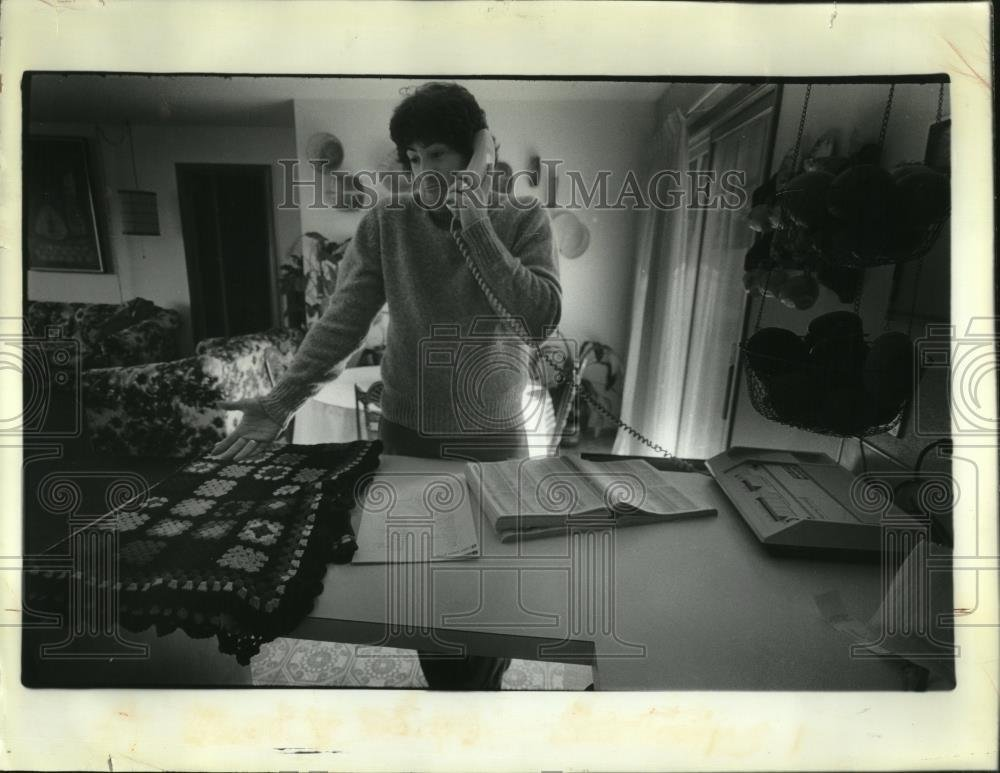 1982 Press Photo Todd Tolces uses telephone in his work - oro08781