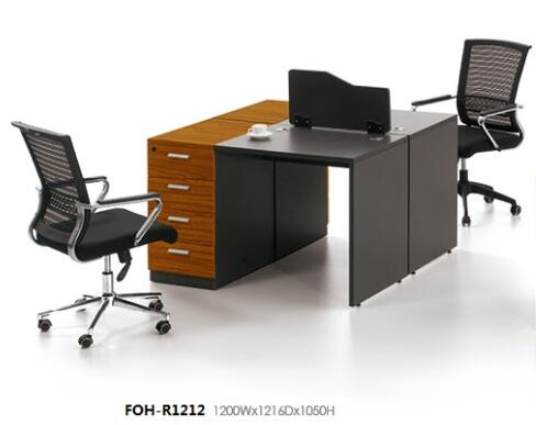 Foncé bois modulaire bureau face À face personnes du personnel