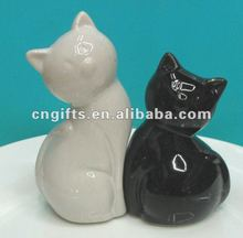 novelty valentine day gifts ceramic cat snuggling black and white salt and pepper shaker