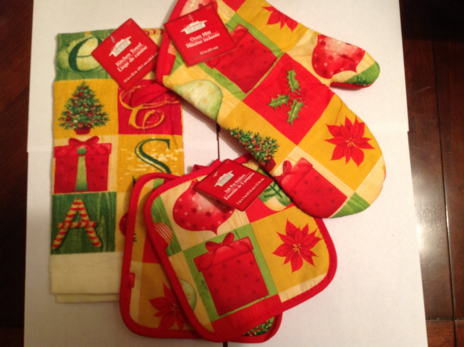 Christmas House Snowman Kitchen Linens Collections - 4 Items in Holiday Collection: 1 Oven Mit * 1 Kitchen Towel * 2 Pk Pot Holders