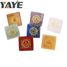 Di Yiwu Yaye Commercio All'ingrosso Naturale Semi-preziose Inciso Chakra Pietre 7 Piramide Di Cristallo Set