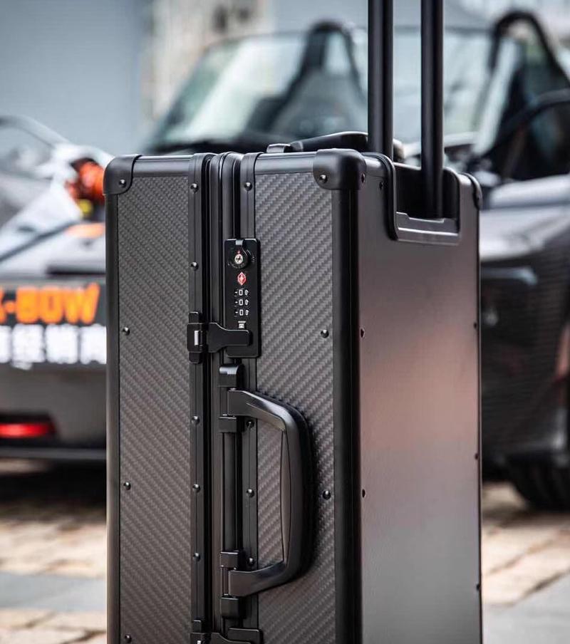luxurious-newest-carbon-fiber-rolling-case
