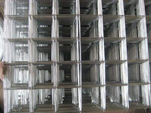 Galvanized wire mesh panels used in construction floor heating