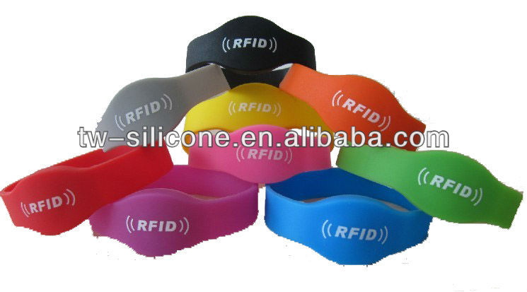 Adjustable silicone wrist band with RFID for sports