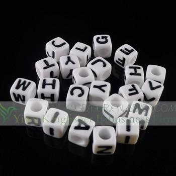 71e07f4cc905 Moda blanco y negro letras 7mm Cubo de acrílico del alfabeto plástico para  pulseras
