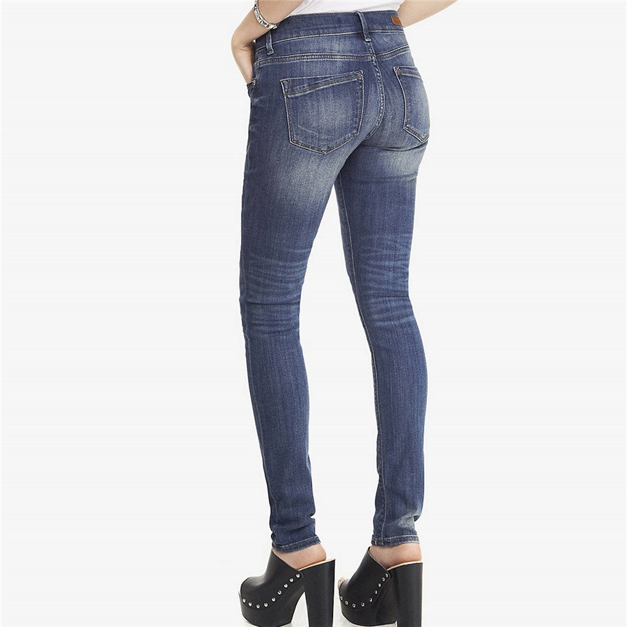 Обтягивающие джинсы на секси девочек