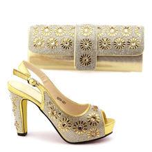 Классические Элегантные вечерние комплект из обуви и сумки золотистого цвета; новые модные итальянские женские туфли на высоком каблуке с ...(Китай)