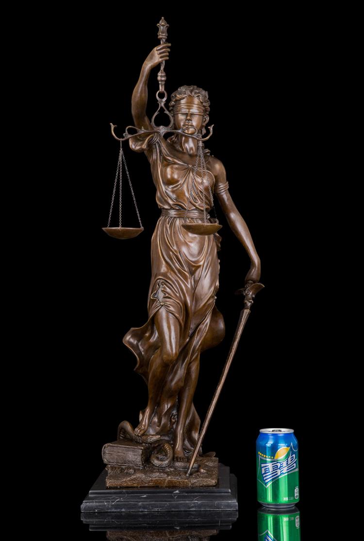 Westerse Griekse Mythologie Figuur Standbeeld Sculptuur-Brons lady van rechtvaardigheid godin met zwaard en schaal op marmer