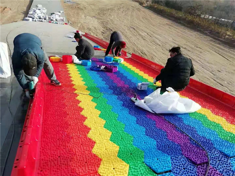 Nuovo prodotto giochi di divertimento parco giochi all'aperto per bambini erba scorrevole modo Arcobaleno secco neve scivolo per la vendita