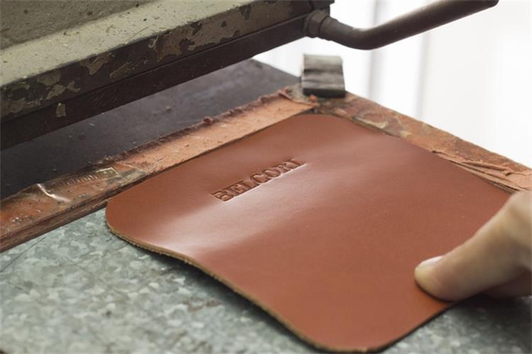 핫 세일 PU Leather 빌 홀더 가죽 자석 파일 Holder/폴더 금 스탬프 Logo